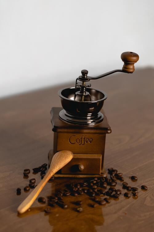 Heb je even geen grinder bij je? Gebruik een koffiemolen!